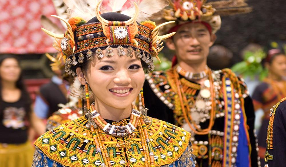 排灣族傳統服飾裝扮及百步蛇、陶壺