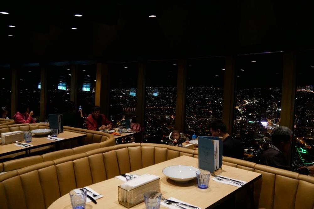 雪梨塔360度自助高空旋轉餐廳