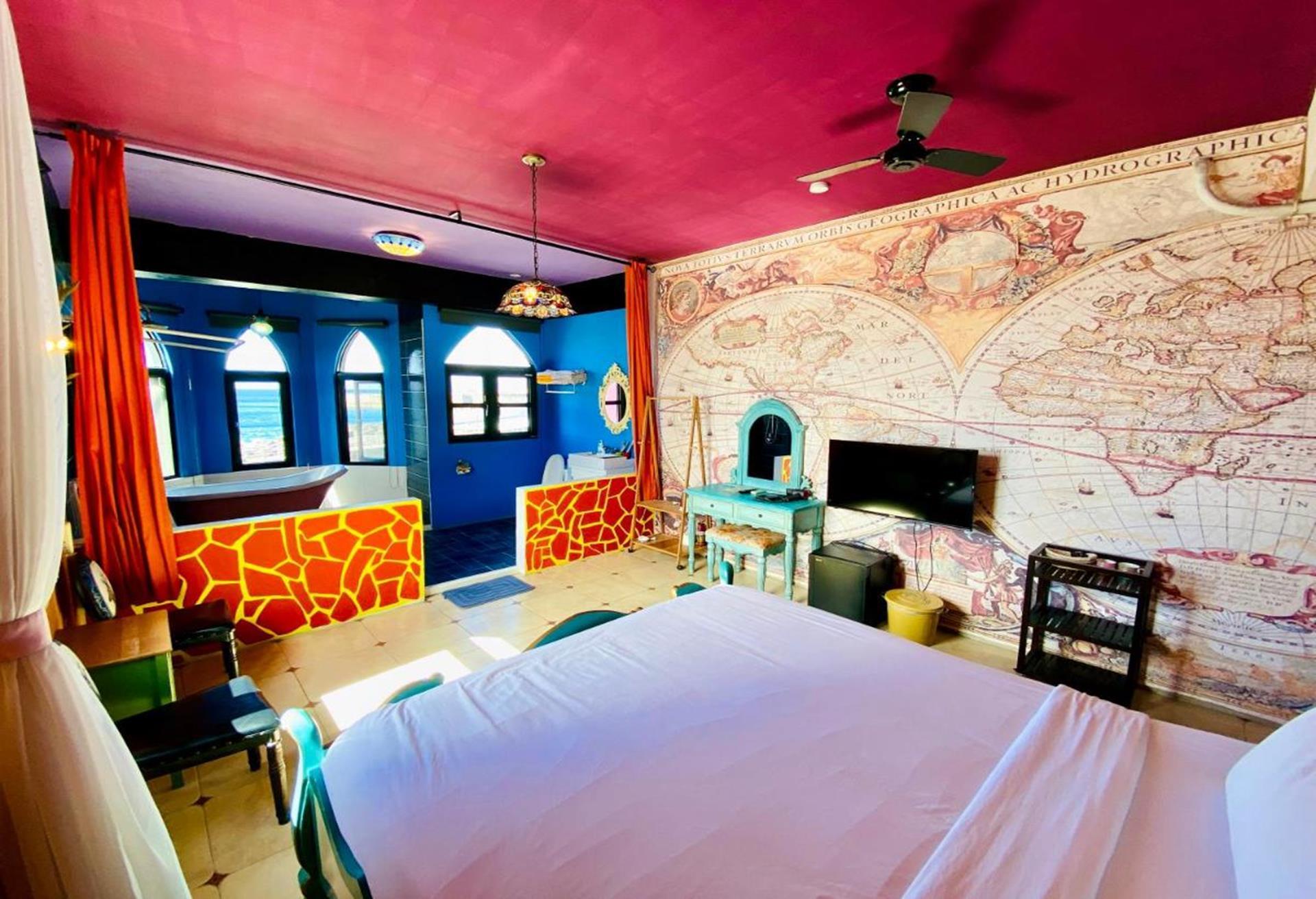綠島海景民宿推薦 - 月光城堡潛水民宿房間內部充斥著特色裝潢造景