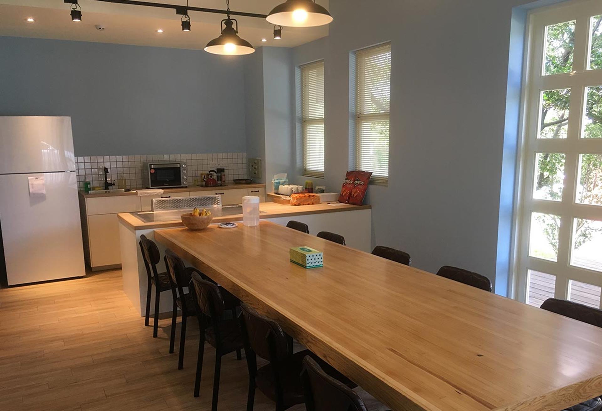 台北親子飯店推薦 - 陽明山美國渡假村備有8人長餐桌及可簡易料理的廚房