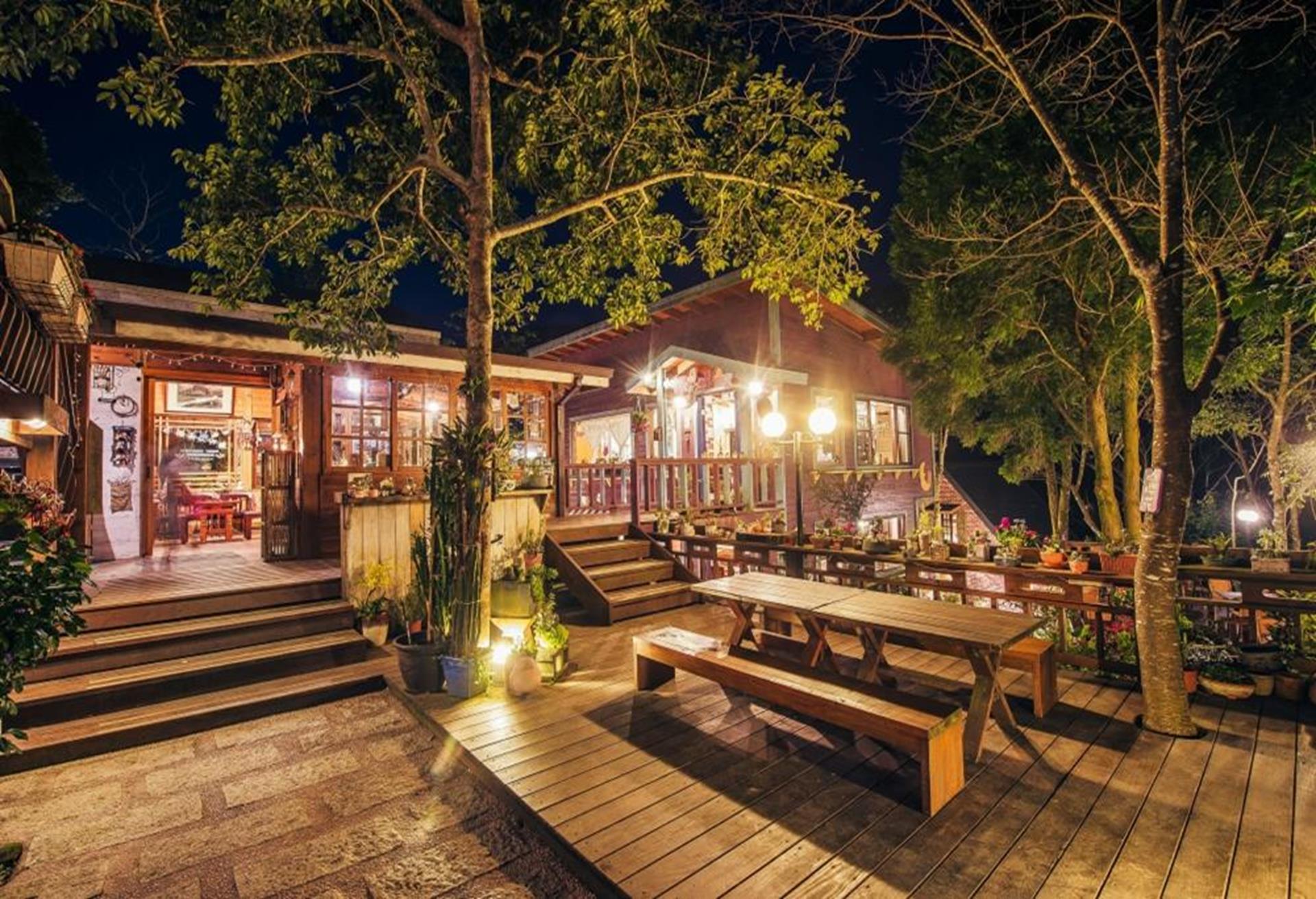 苗栗南庄飯店住宿推薦 - 南庄橄欖樹咖啡民宿,入夜後能坐在庭院喝茶聊天